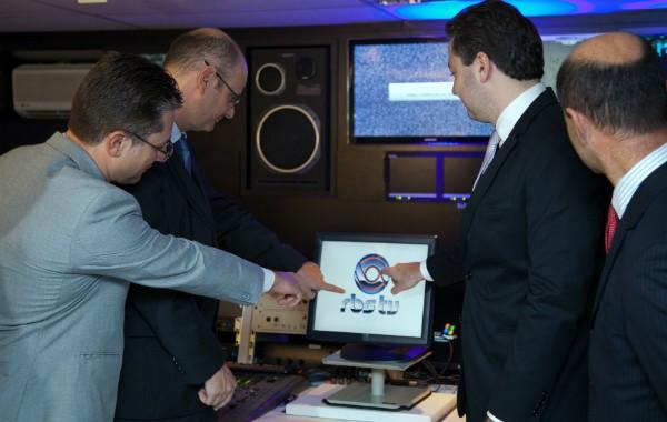 Autoridades tocaram em tela para simbolizar o início do sinal digital da RBS TV em Blumenau  (Foto: Sergio Tormes/Divulgação)