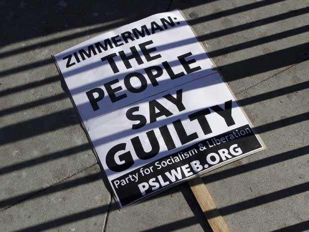 Cartaz diz que o povo considera George Zimmerman culpado da morte do jovem Trayvon Martin. (Foto: Jonathan Alcorn / Reuters)