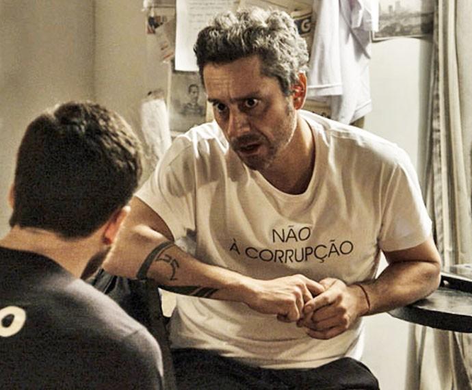 """A frase """"Não à corrupção""""  estampa outra camiseta do 171 (Foto: TV Globo)"""