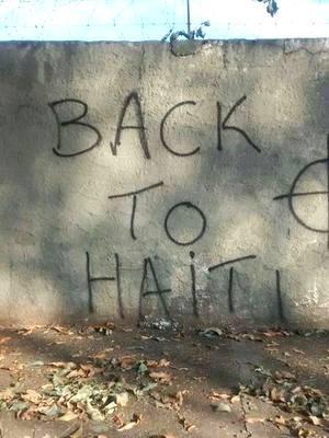 Muro de Cemitério Municipal de Nova Odessa foi pichado, pela segunda vez, com dizeres 'Back to Haiti' (Foto: Renato Silva/ Varal de Notícias)