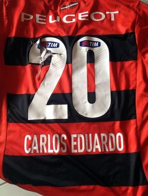 Carlos Eduardo veste camisa do Flamengo