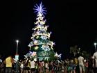 Árvore de natal com 30 m de altura é iluminada na Ponta Negra, em Manaus