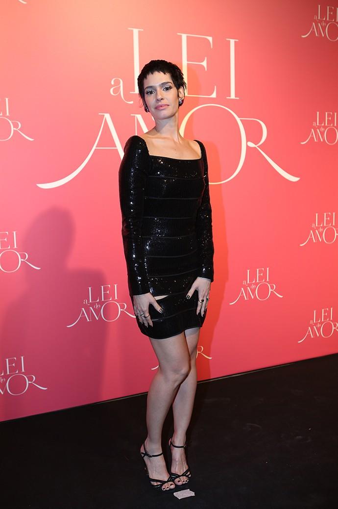 Com vestido curto, Maria Flor posa na chegada ao evento (Foto: Carol Caminha/Gshow)