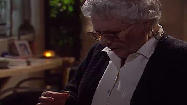 Luiza encontra um anel de Vilma no quarto de ngela (Foto: Reproduo/viva)