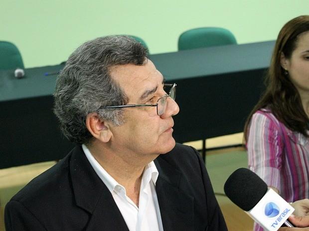 Reitor da universidade, professor José Aldemir de Oliveira, acompanhou divulgação (Foto: Marcos Dantas/G1 AM)