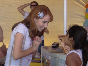 Escritora Sara Albuquerque recebe crianças que foram ao evento (Foto: Micaelle Morais/G1)