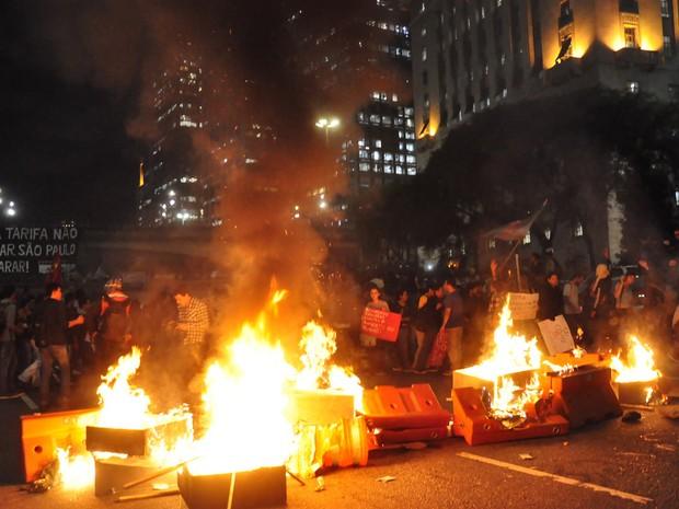 Grupo colocou fogo em objetos e bloqueou via no Centro (Foto: Cris Faga/Fox Press Photo/Estadão Conteúdo)