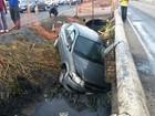 Carro cai em valão na Leitão da Silva, em Vitória
