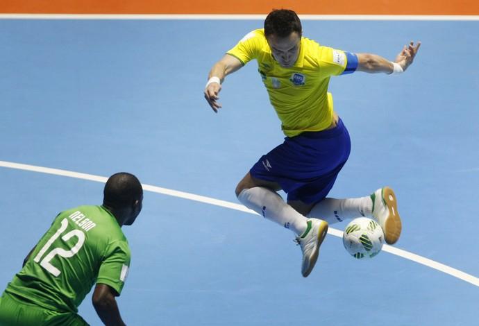 Falcão tenta a lambreta diante do goleiro Nelson (Foto: EFE)