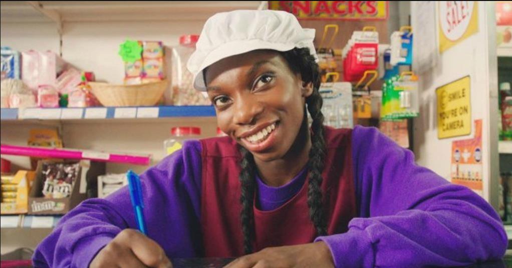 A britânica Michaela Coel é a criadora e a protagonista da comédia 'Chewing Gum' (Foto: Divulgação )