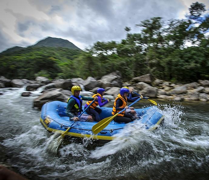 Lili (Juliana Paiva), Marcelo (Igor Angelkorte), Pri (Laila Zaid) e Álvaro (Rômulo Estrela) se aventuram no rafting em Além do Horizonte. (Foto: Alex Carvalho / TV Globo)