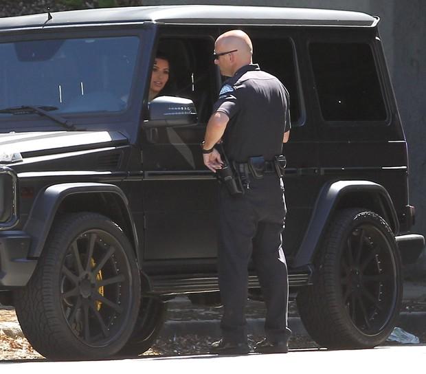 Kim Kardashian é abordada por um policial em Los Angeles, nos Estados Unidos (Foto: X17/ Agência)