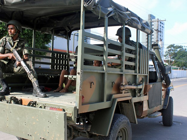 Tropas do Exército fazem policiamento ostensivo nas ruas do Grande Recife (Foto: Marcos Cirano/Acervo Pessoal)