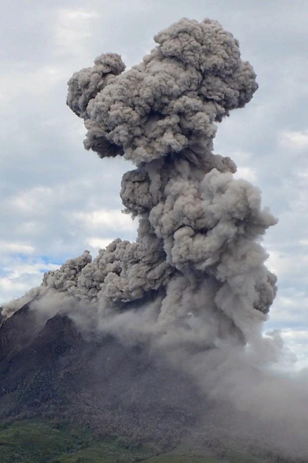 Vulcão expele cinzas após entram em erupção 8 vezes neste domingo na Indonésia (Foto: Sutanta Aditya/ AFP)