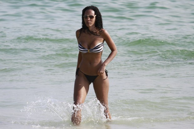 Ex-bbb Aline na praia (Foto: Dilson Silva / Agnews)