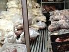Pai e filho são presos levando carne estragada para comércio
