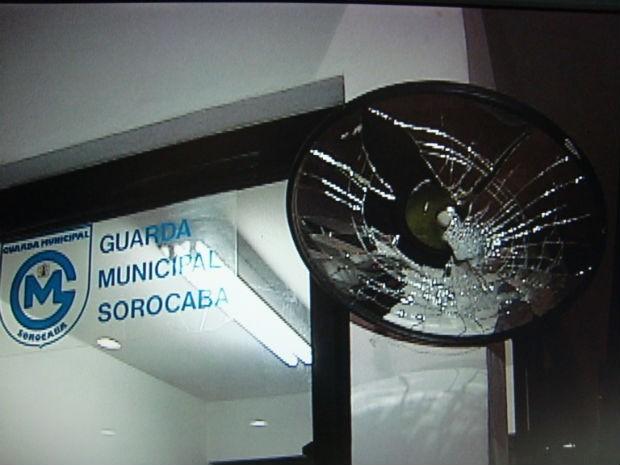Manifestantes praticaram atos de vandalismo durante protesto em Sorocaba (Foto: Reprodução/TV Tem)