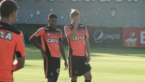 Capixaba e João Figueiredo, atacante do Atlético-MG (Foto: Fernando Martins Y Miguel)