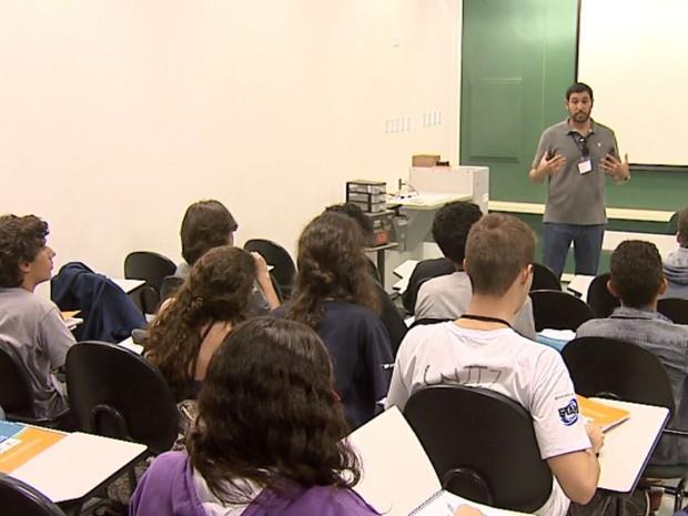 Alunos fazem curso de física nas férias (Foto: Felipe Lazzarotto/ EPTV)
