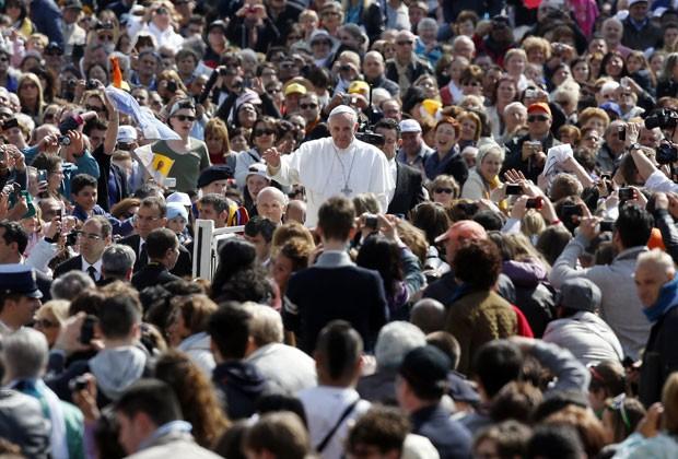 Papa Francisco passa por fiéis ao chegar a audiência na Praça São Pedro nesta quarta-feira (24); ele pediu o fim do banho de sangue na Síria (Foto: Alessandro Bianchi/Reuters)