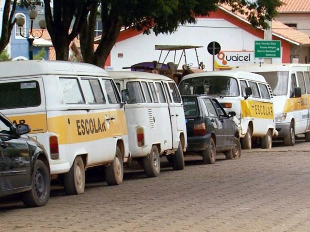 Prefeito assumiu o Executivo e expos veículos em praça pública (Foto: Reprodução EPTV)