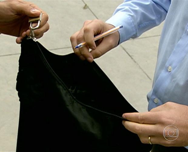 Em vários aeroportos, malas são violadas com a simples ajuda de uma caneta (Foto: Mais Você / TV Globo)