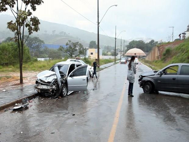 Carros bateram de frente na Avenida José Bianucci, em Poços de Caldas (Foto: Guilherme Yoshi)