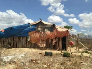 Homens trabalhavam em condições precárias e ficavam instalações inadequadas (Foto: MPT/Divulgação)
