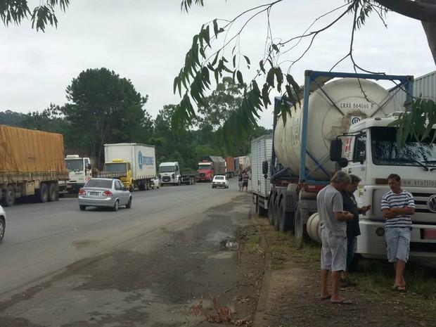 Cerca de 500 caminhões estão envolvidos da manifestação (Foto: Maurício Cattani/RBS TV)
