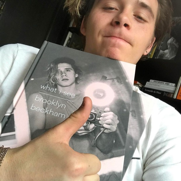 Orgulhoso, Brooklyn Beckham mostra seu livro de fotografias (Foto: reprodução/instagram)