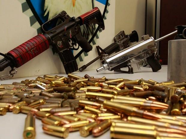 Farto armamento foi encontrado em casa utilizada pela milícia na comunidade da Caixa Dágua, em Cascadura, Zona Norte do Rio (Foto: Philippe Lima / Polícia Civil / Divulgação)