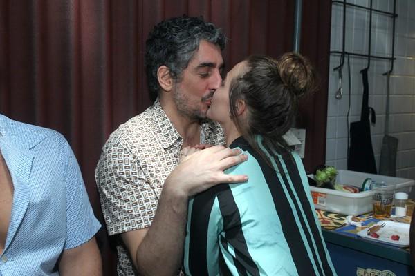 Letícia Colin e Michel Melamed trocam beijos em festa de 'Novo mundo'