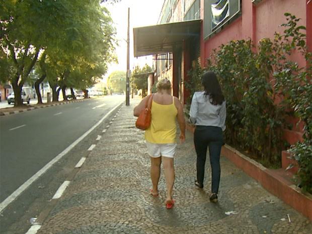 A diarista Rosa segue para o trabalho a pé para economizar a passagem do ônibus em Campinas (Foto: Reprodução / EPTV)
