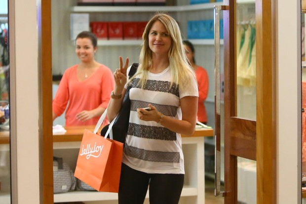 Susana Werner em shopping na Zona Oeste do Rio (Foto: Marcello Sá Barreto/ Ag. News)