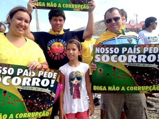 Ato contra corrupção reúne famílias na avenida Litorânea, orla de São Luís (MA), às 9h10 (Foto: Clarissa Carramilo/G1)