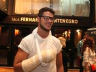 Com braço enfaixado, José Loreto prestigia peça de teatro no Rio
