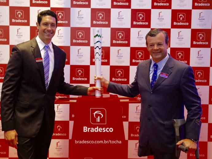 Gustavo Borges e Lars Grael posam ao lado da Tocha Olimpica (Foto: Divulgação)