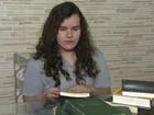 Aluna do Rio que criou biblioteca com caixotes ganha bolsa nos EUA