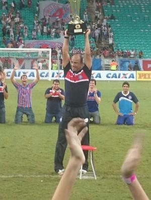 Sérgio Soares levanta a taça no meio de campo (Foto: Eric Luis Carvalho)