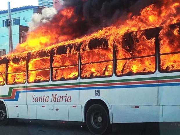 18/01: Um ônibus do governo do Rio Grande do Norte é incendiado durante ataque no início da tarde desta quarta (18) (Foto:  PM/Divulgação)