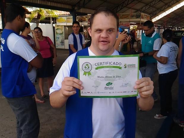 Maycon Adriano é aluno da APAE e recebeu seu certificado de agente. (Foto: Marco Bernardi/G1)