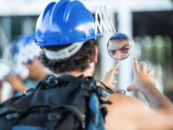 Um boné com espelho retrovisor mostra o caminho percorrido pelos passageiros (Foto: Divulgação)