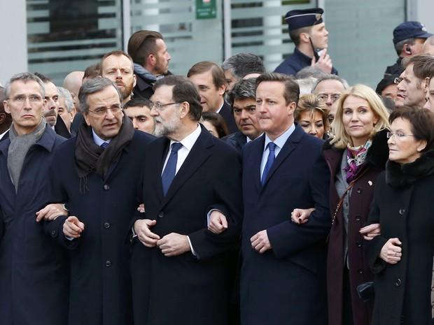 Primeiro-ministros dão os braços em Paris. Da esquerda para direitoa, o grego Antonis Samaras, o espanhol Mariano Rajoy, o britânico David Cameron, a dinamarquesa Helle Torning Schmidt e a polonesa Ewa Kopacz (Foto: REUTERS/Yves Herman)