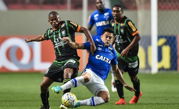 Juninho, Robinho, Claudinei, América-MG x Cruzeiro (Foto: Pedro Vilela/ Light Press)