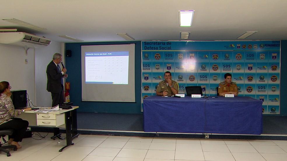 Em coletiva, Polícia Militar e Civil e Corpo de Bombeiros de PE apresentaram os números da 2ª edição da Operação Polícia nas Ruas (Foto: Reprodução/TV Globo)