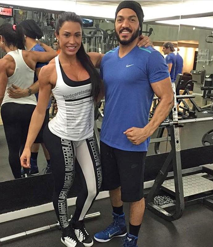 A musa fitness malha ao lado de Belo que também aderiu ao estilo de vida da amada (Foto: Arquivo Pessoal)