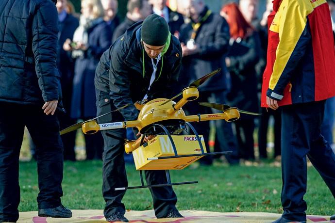 Mais rápido: funcionário do correio alemão encaixa pacote em drone durante teste para entregar remédios usando essa tecnologia (Foto: Getty Images)