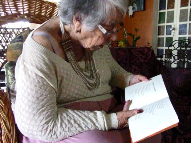 Escritora lê trecho de livro publicado por ela (Foto: Isabella Formiga/G1)