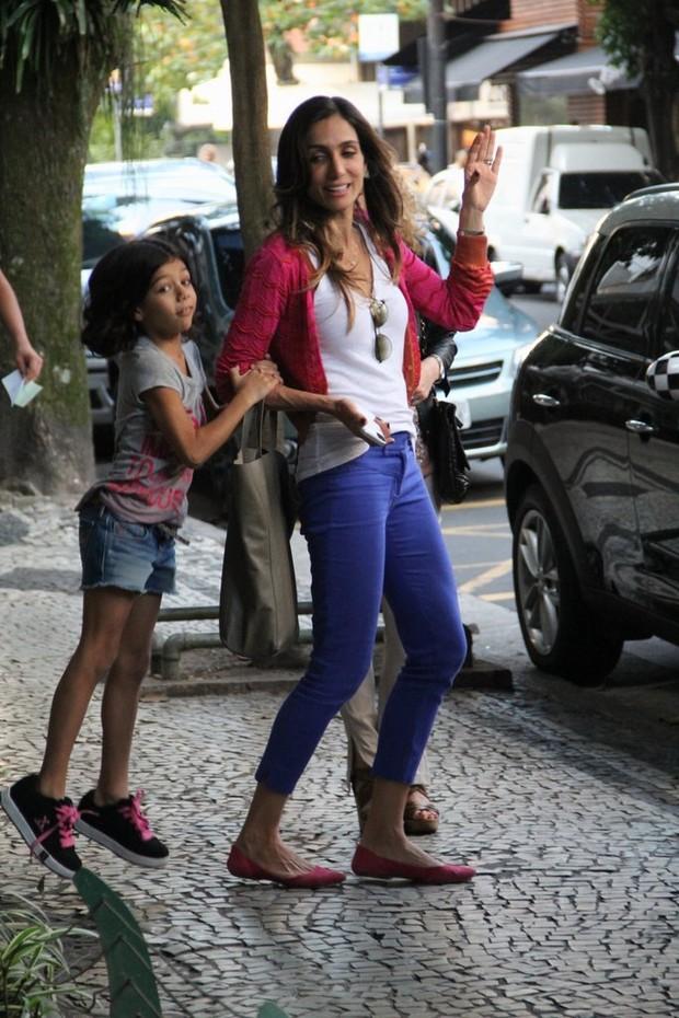 Andréa Santa Rosa brinca com a filha na calçada (Foto: Rodrigo dos Anjos/Agnews)