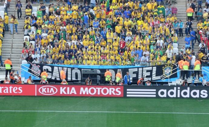 FIFA tira faixa torcida Organizada (Foto: Alexandre Lozetti)